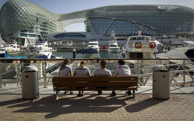 Empleados de Mercedes sentados en lor alrededores del circuito de Yas Marina, en Abu Dabi. REUTERS