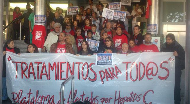 La Plataforma de Afectados por la hepatitis C se manifiesta frente al Hospital Ramon y Cajal
