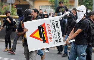 Unos 500 estudiantes bloquean uno de los accesos al aeropuerto de México DF