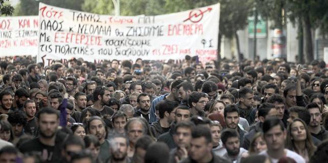 Una masiva protesta paralizó el centro de Atenas este lunes.