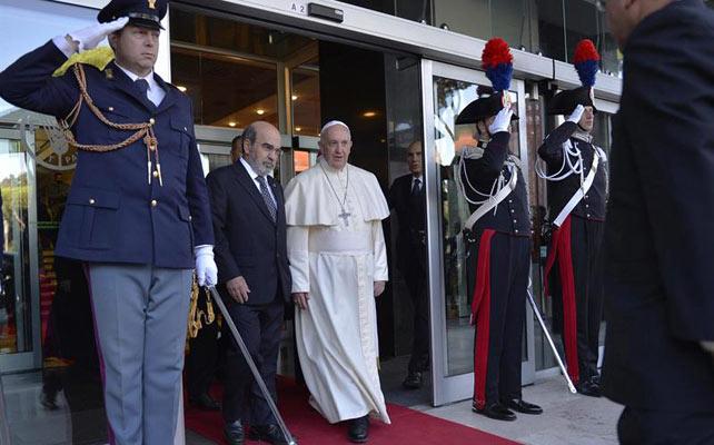 El papa Francisco conversa con el director general de la ONU para la Alimentación y la Agricultura (FAO, siglas en inglés), Jose Graziano da Silva, este martes en Roma.