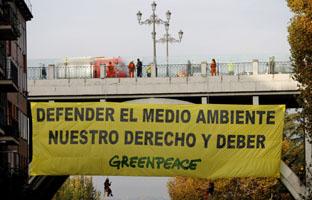 """Greenpeace despliega una pancarta en Madrid contra """"represión"""" del Gobierno"""