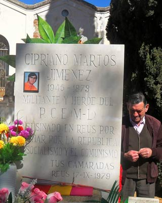Cipriano junto a la tumba de su hermano.