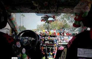 Obligan al taxista solidario de Sevilla a quitar la decoración de su coche