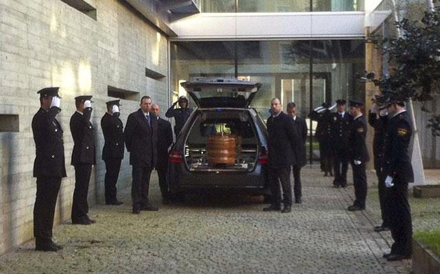 El féretro con los restos de la agente de Policía Nacional Vanesa Lage, a la llegada hoy a la comisaría de la Policía Nacional de Vigo, donde se ha instalado la capilla ardiente.