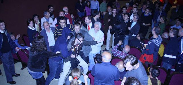 Ultraderechistas interrumpen un debate sobre el 9-N en el Ateneo de Madrid.