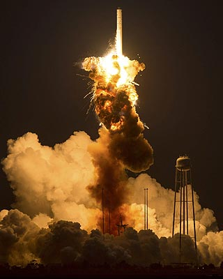 Momento de la explosión del cohete Antares de la firma privada Orbital Sciences Corporation.
