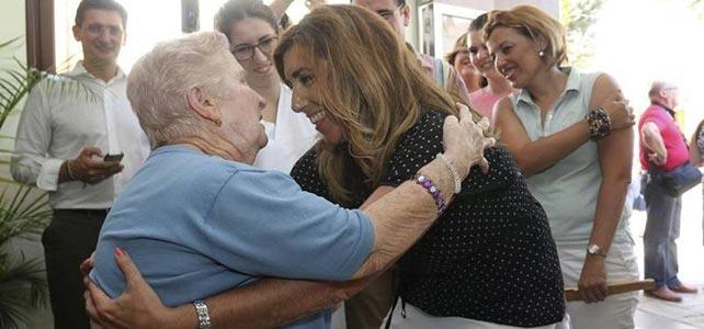 Susana Díaz abraza a una mujer tras su visita a una residencia de ancianos en Terque (Almería)