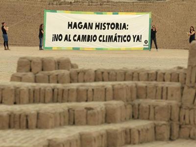 Activistas de Oxfam despliegan una pancarta contra el cambio climático en Lima. EFE
