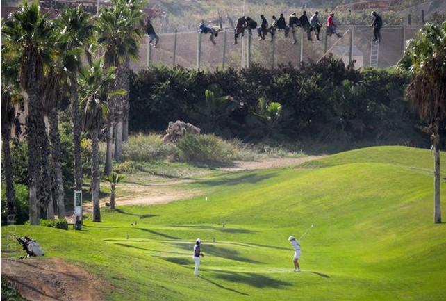 Varios inmigrantes intentan cruzar la valla de Melilla, junto al campo de golf de la ciudad.