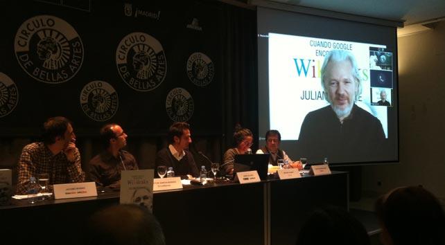 De derecha a izquierda: Julian Assange, fundador de Wikileaks; Carlos Enrique Bayo, director de 'Público'; y los periodistas Javier Gallego, Héctor García y Jacobo Rivero.