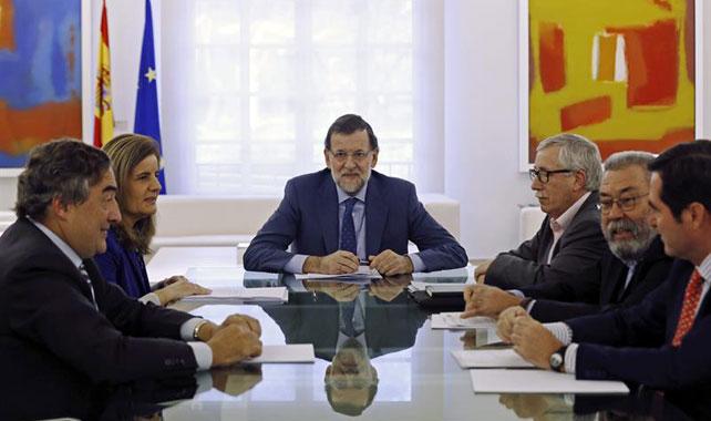 El presidente del Gobierno Mariano Rajoy (c), junto a la ministra de Empleo y Seguridad Social, Fátima Báñez (2i), durante la reunión que ha mantenido hoy con los presidentes de CEOE y CEPYME, Juan Rosell (i) y Antonio Garamendi (d), y los secretarios generales de UGT y CC OO, Cándido Méndez (2d) e Ignacio Fernández Toxo (3d), en el Palacio de la Moncloa.