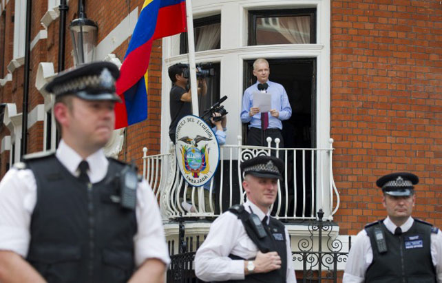 Julian Assange se dirige a los periodistas desde un balcón de la Embajada de Ecuador en Londres.