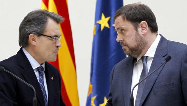 El president de la Generalitat, Artur Mas (Iz) y el líder de ERC, Oriol Junqueras.