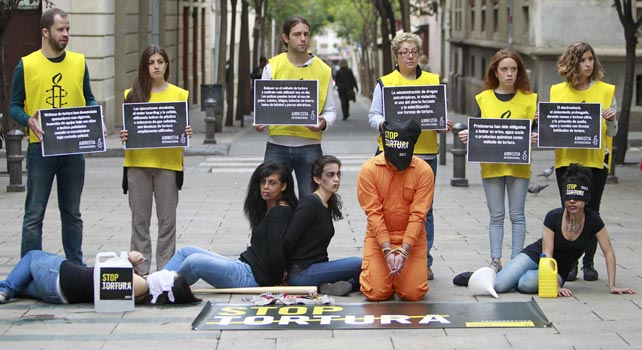 Activistas de Amnistía Internacional exigen que se acaben las torturas en España.