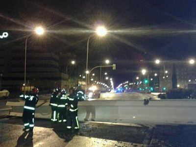 Emergencias de Madrid retira el obelisco derribado por el viento -