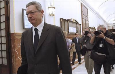 El ministro de Justicia, Alberto Ruiz-Gallardón, en los pasillos del Congreso.