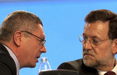 El ministro de Justicia, Alberto Ruiz-Gallardón, (i) conversa con el presidente del Gobierno, Mariano Rajoy (d). EFE