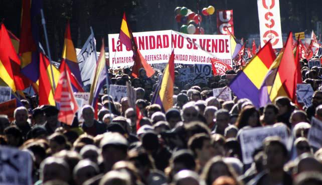 Miles de madrileños abarrotan la plaza de Cibeles en la manifestación de la Cumbre Social y Marea Ciudadana.- JAIRO VARGAS