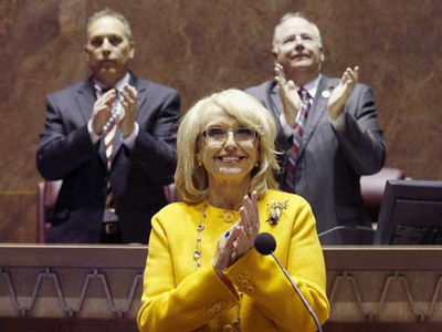 La gobernadora republicana Jan Brewer festeja los resultados de la votación a favor de restringir los derechos de los homosexuales