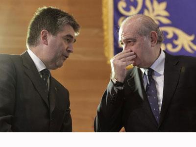 Jorge Fernández Díaz conversa con  Ignacio Cosidó. EFE