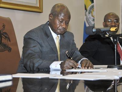El presidente de Uganda, Yoweri Museveni, firmando la ley que castiga con cadena perpetua los actos homosexuales 'con agravantes', en Kampala, Uganda.