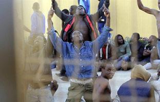 Más de 200 inmigrantes consiguen saltar la valla fronteriza y entrar en Melilla