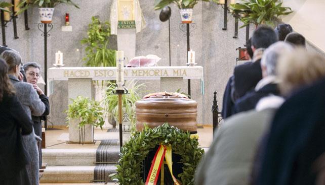 Imagen del funeral por Blas Piñar, el pasdo miércoles, en la capilla del cementerio municipal de Toledo.
