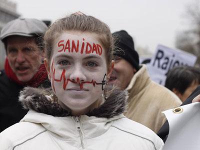 Una joven protesta contra el proyecto de privatización de la sanidad madrileña.