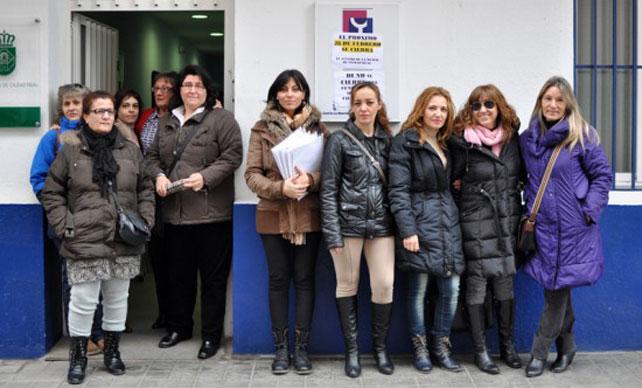 Trabajadoras y usuarias posan en la puerta del centro de la mujer de Ciudad Real.