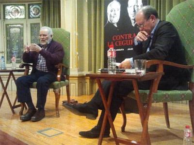 Julio Anguita junto a Julio Flor en la presentación del libro 'Contra la ceguera' en Bilbao.