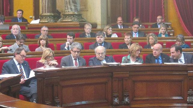 El presidente de la Generalitat, Artur Mas y los miembros del Govern, en sus escaños en el Parlament.