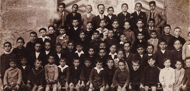 Imagen de archivo de un maestro con sus alumnos.