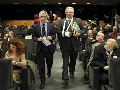 El juez Baltassar Garzón, acompañado del diputado de IU Gaspar Llamazares, este martes, en el Congreso de los Diputados.