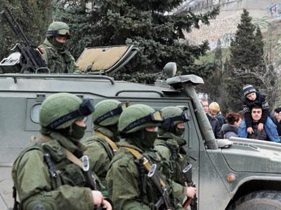Militares no idenficados bloquean una base de la unidad de vigilancia de fronteras de Ucrania en Balaklava.- AFP