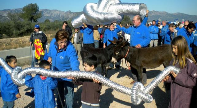 Activistas contra el Plan Hidrológico del Ebro se manifiestan en la zona del Delta.