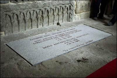 Detalle de la tumba donde descansan los restos mortales del primer presidente de Gobierno de la democracia, Adolfo Suárez, junto a los de su esposa, Amparo Illana, en el claustro de la catedral de Ávila.