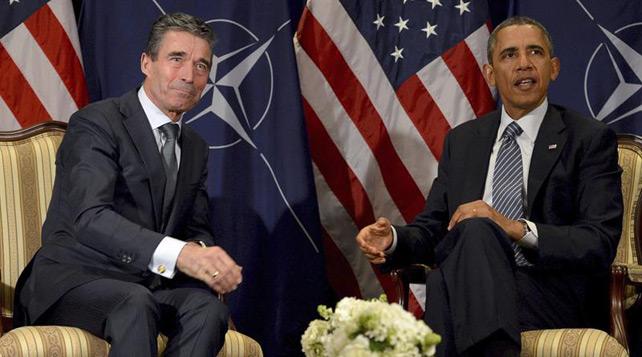 El presidente estadounidense, Barack Obama (dcha), conversa con el secretario general de la OTAN, Anders Fogh Rasmussen (izqda), en la sede de la OTAN en Bruselas.