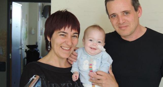 Luna sonríe junto a sus padres, en el hospital.