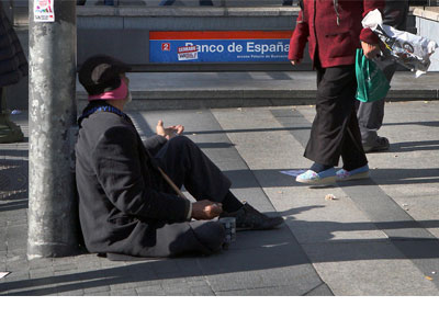 1395953658524pobrezadn - Uno de cada cinco españoles vive por debajo del umbral de la pobreza