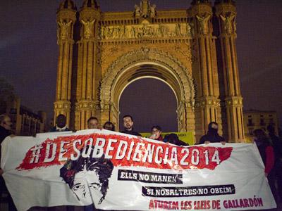 Un grupo de manifestantes sostiene una pancarta con el lema de la protesta: 'Desobediencia'. FRANCESC SANS