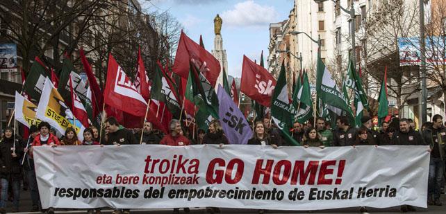 Cabeza de la manifestación celebrada por las calles de Bilbao al grito de UE y Fondo Monetario Internacional (FMI) 'Go home' en protesta por las políticas de austeridad.