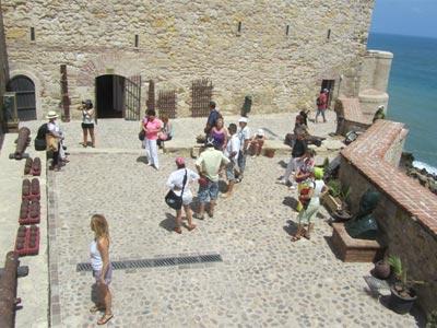 Terraza de acceso al Museo Histórico Militar de Melilla.