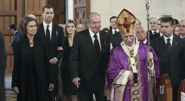 El arzobispo de Madrid Rouco Varela junto a la familia real en el funeral de Estado de Suárez.