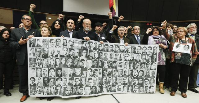 Familiares de las víctimas del franquismo muestran retratos de sus parientes tras el final del debate 'Búsqueda de la verdad, justicia y reparación para las víctimas del franquismo en Europa' en el Parlamento Europeo.