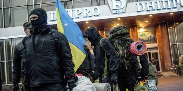 Miembros del movimiento 'Sector de Derechas' abandonan el hotel Dnipro en Kiev (Ucrania) hoy, martes 1 de abril de 2014.EFE/Konstantin Ivanov