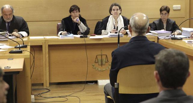 Vista de la sala de la sede de la Audiencia Nacional de la calle Prim con 'Billy el Niño' declarando de espaldas.