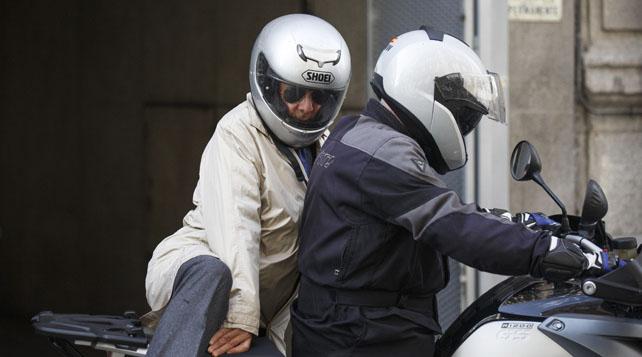 El exinspector Juan Antonio González Pacheco, 'Billy el Niño', se sube a una moto para abandonar la Audiencia Nacional.
