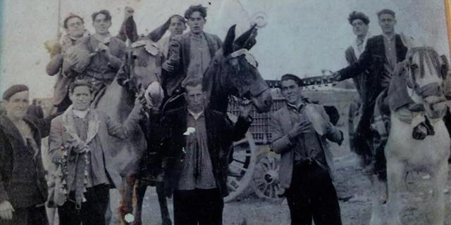 Imagen de algunos de los primeros colonos de Llanos del Caudillo, a finales de los 50.