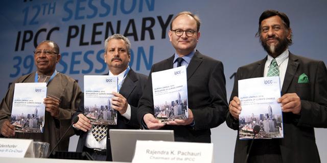 De izquierda a derecha: Youba Sokona, Ramon Pichs-Madruga, Ottmar Edenhofer y Rajendra Pachauri durante la presentación del informe. 13 de abril de 2014. REUTERS/Steffi Loos